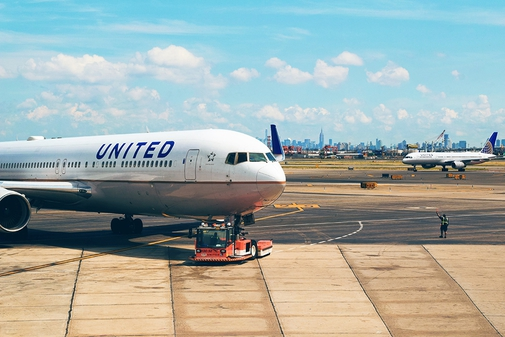 United aircraft coming into park at the airport