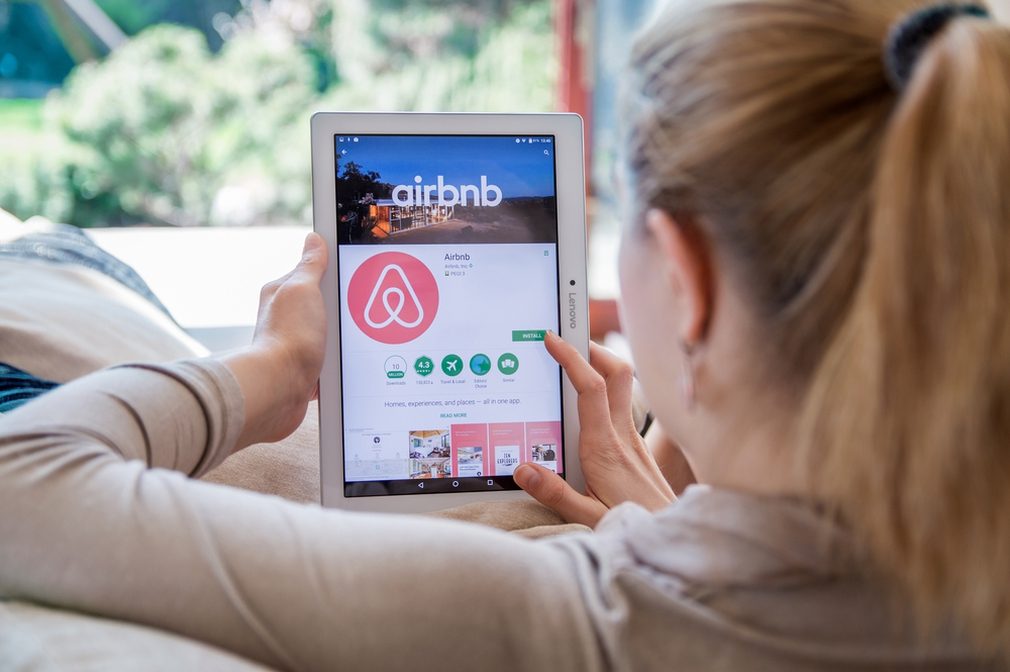 Lady downloading the Airbnb app