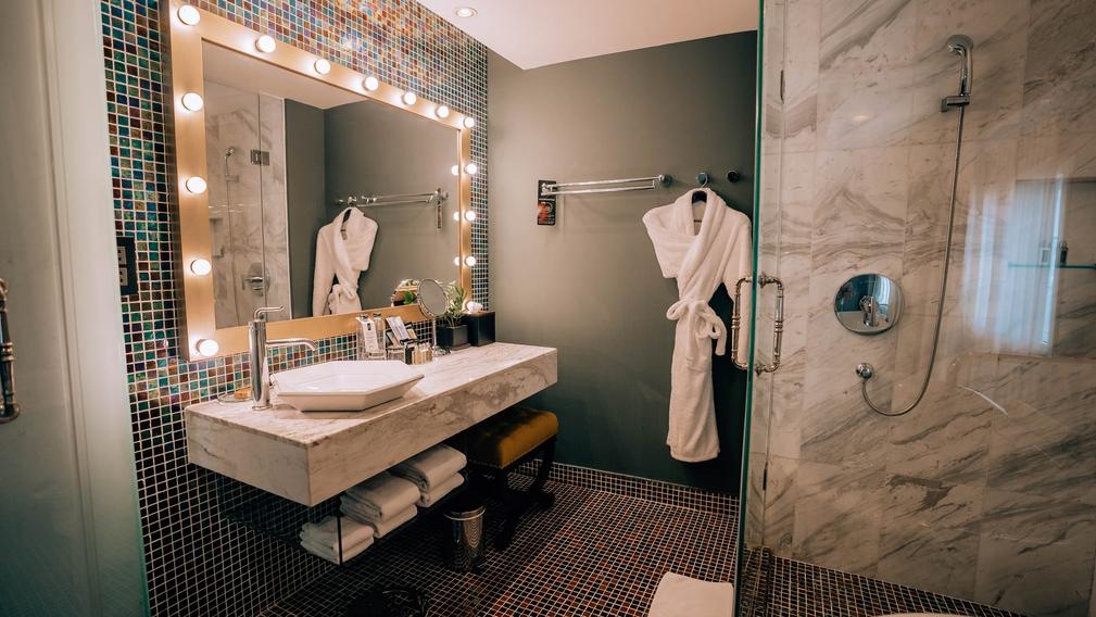 Hotel De L'Opera, Hanoi bathroom