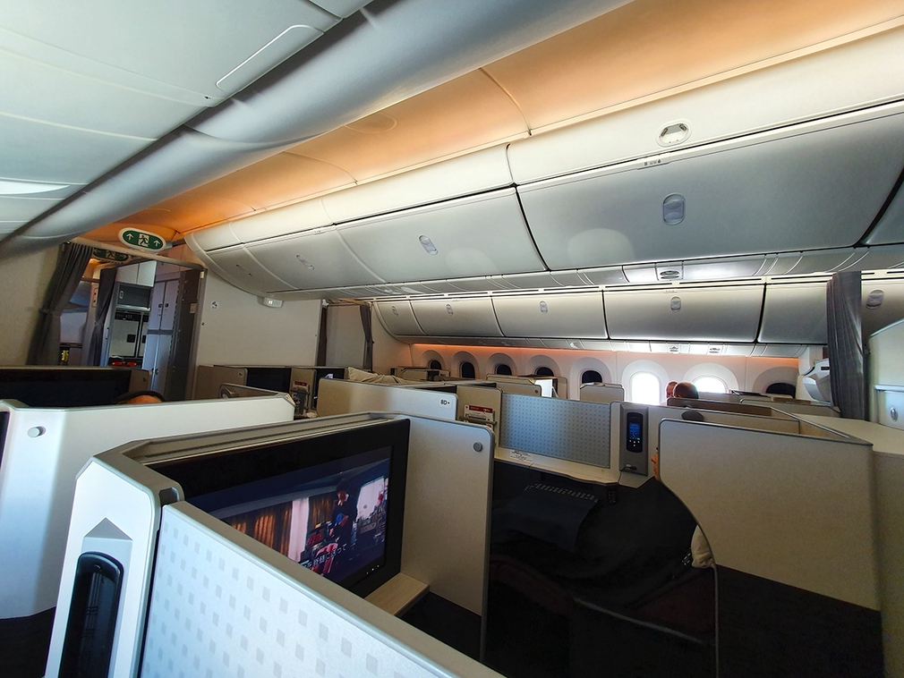The back half of the Business Class cabin on the Japan Airlines B787 Dreamliner